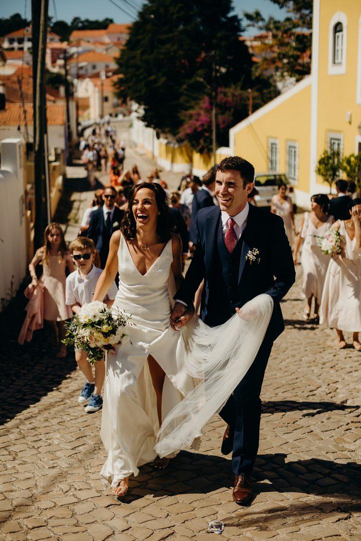 Couple walk to Quinta de Sant'Ana wedding