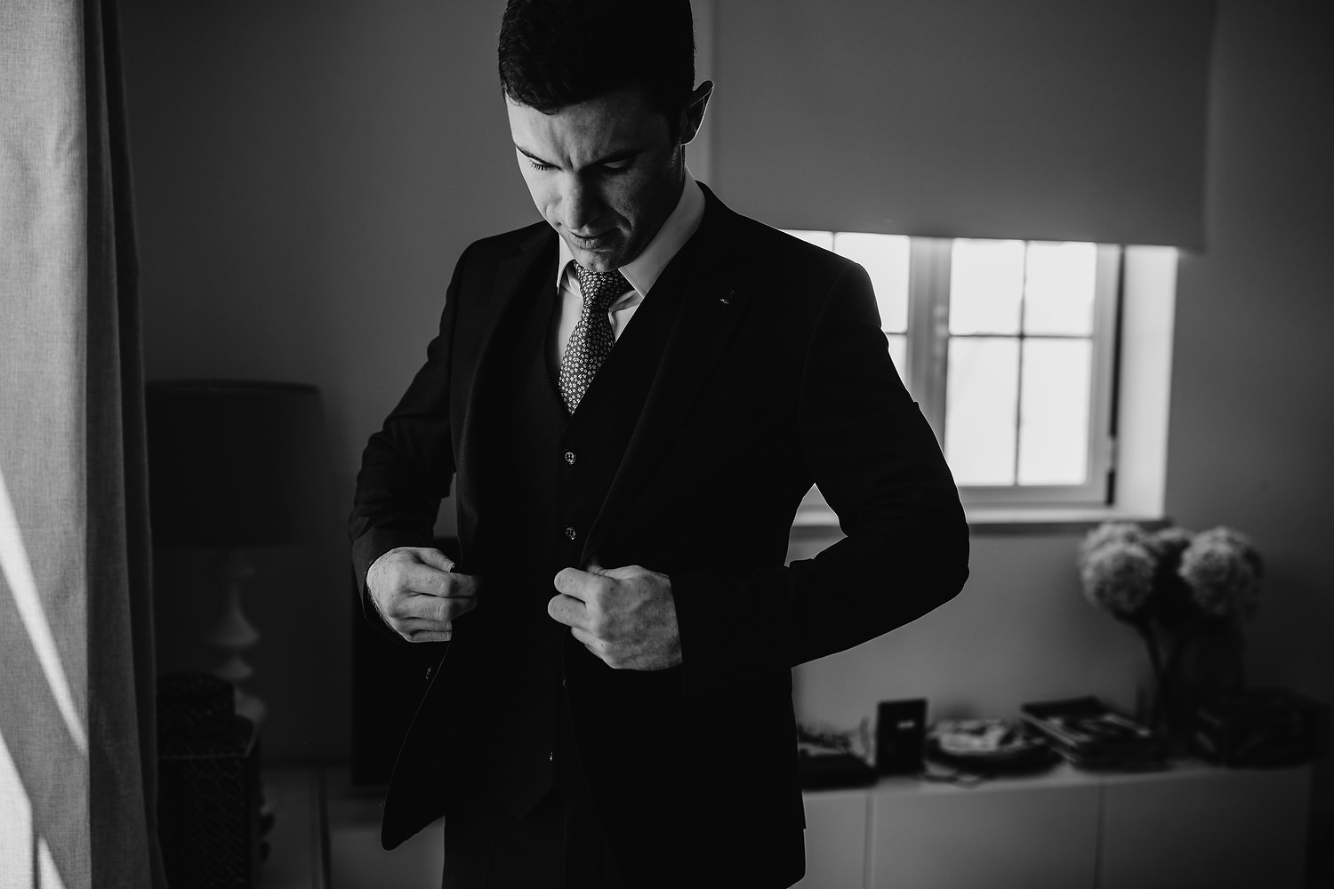groom gets ready in Ericeira